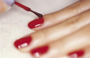 Isso é o que acontece com seu corpo 10 horas depois de passar esmalte nas unhas